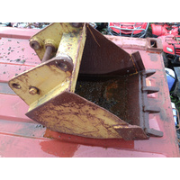 EXCAVATOR / BACK HOE / DIGGER  BUCKET WITH DIGGING TEETH 560 mm WIDE